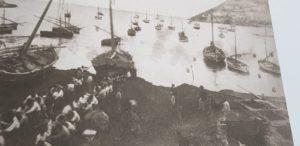 Vecchi pescatori tirano in secco una Menaita - Antico peschereccio a vela o remi